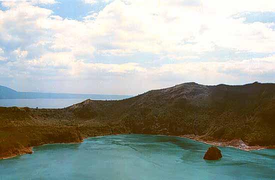 самое большое озеро на острове, который в озере, которое на острове