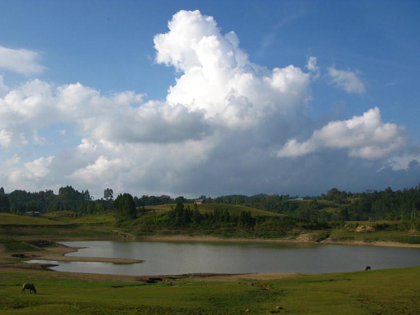 В Индийском океане есть остров Суматра. На нем есть озеро Тоба. На просторах которого есть остров Самосир. Так вот на этом острове есть озеро под названием Сидихони.